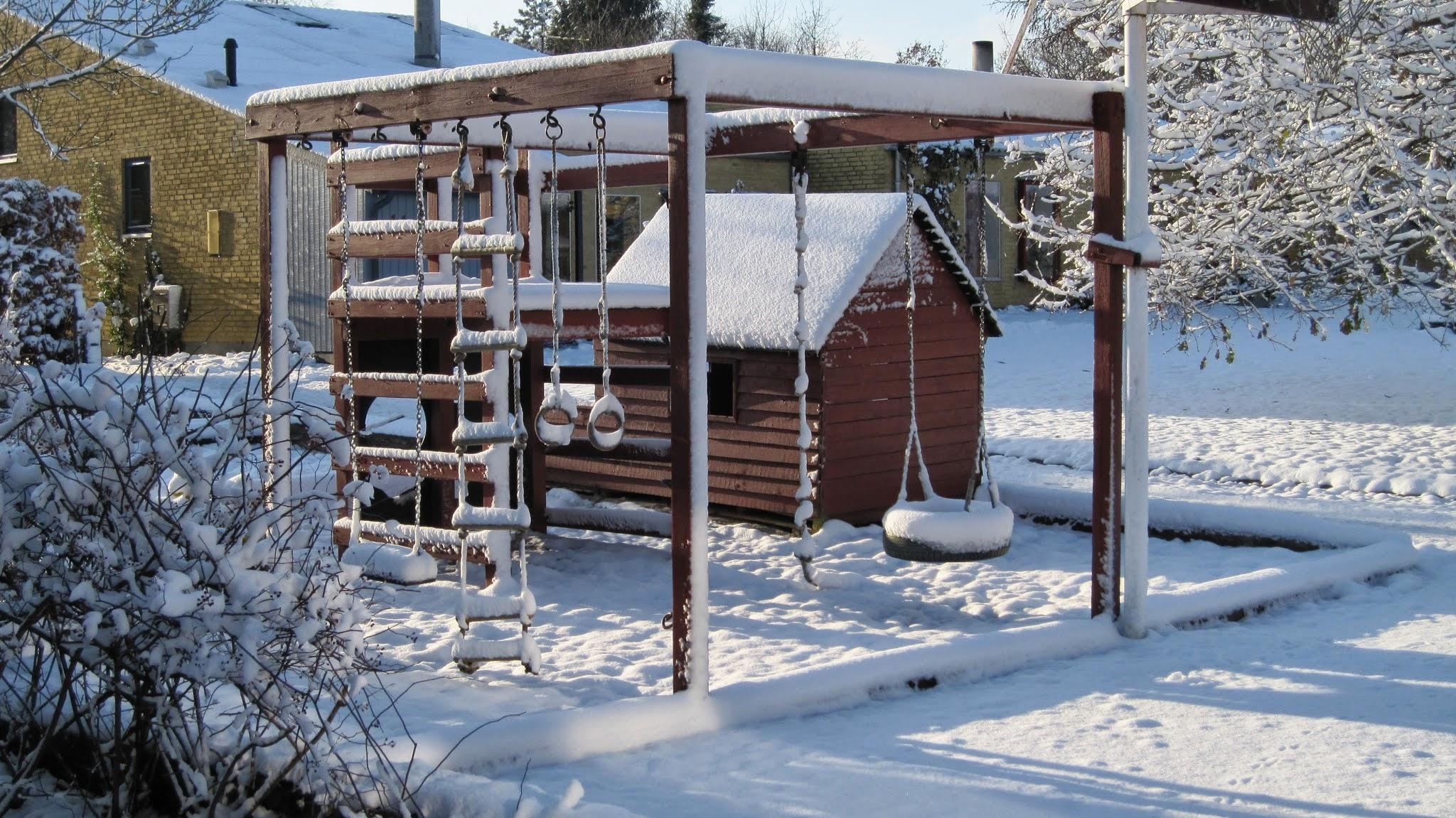 Vinterbillede af legehuset i bofællesskabet Nonbo Hede